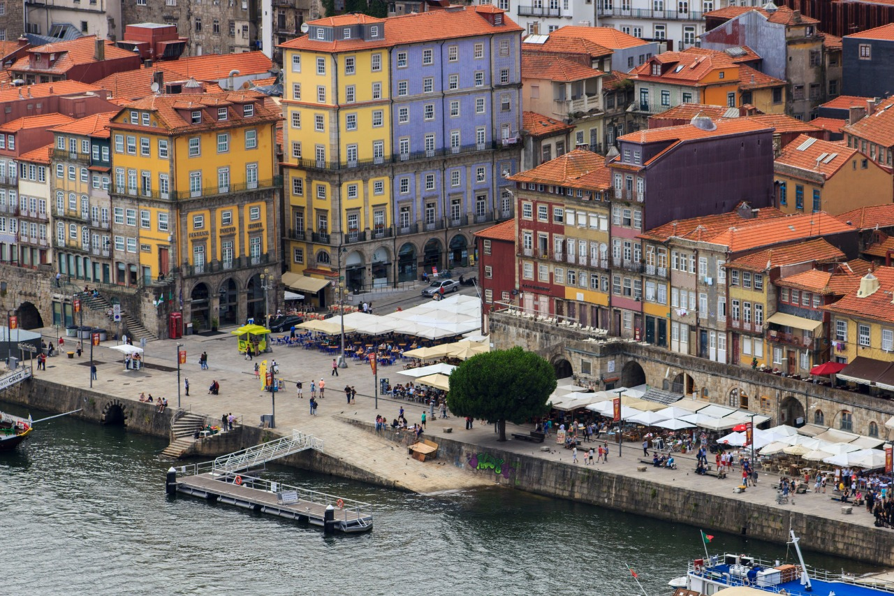 Plaza and Pier of the Ribeira (Oporto)