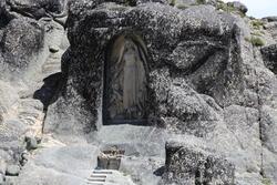 Imagem de Nossa Senhora esculpida na rocha