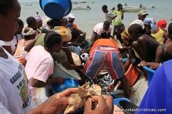 Negociando o peixe, Praia São Paulo (São Tomé)